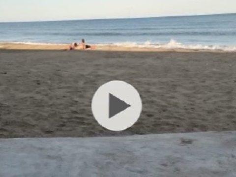 Fanno l'amore in spiaggia oggi, ripresi di nascosto, il curiosone dopo averli filmati ha anche condiviso il video, diventato virale