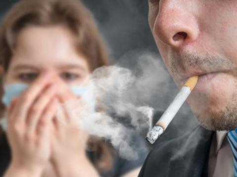 Vietato abbassare la mascherina per fumare, anche all'aperto, l rischio è una sanzione pari a 400 euro in caso di trasgressione