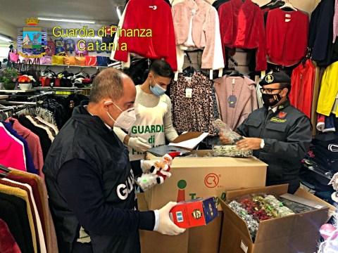 Blitz della Finanza di Caltagirone lavoratrice in nero e prodotti sequestrati poiché non ritenuti sicuri.