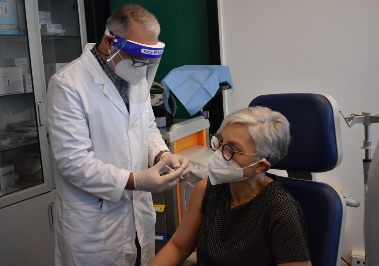 infermiera Rosa Reale, del reparto di Radiologia dell'ospedale Gravina di Caltagirone, prima donna ad essere vaccinata in città 2