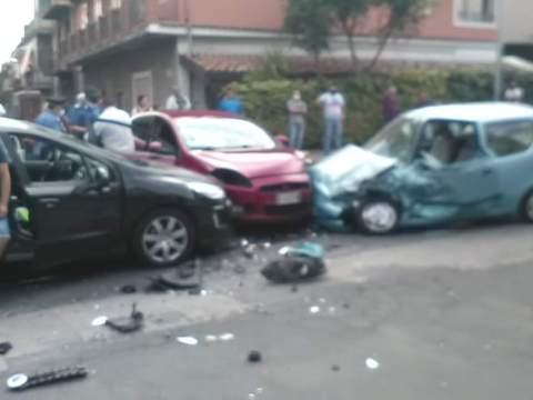 Grave incedente nel Catanese, scontro tre auto, tra i feriti anche un bambino. Sul posto ci sono i carabinieri e i soccorsi del 118.