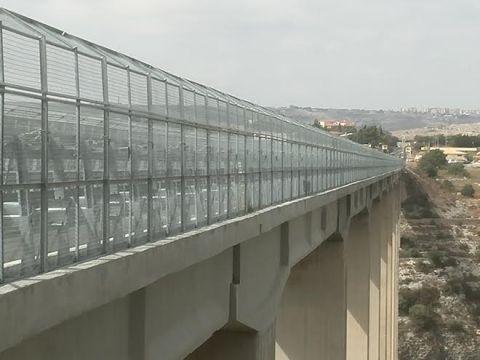 Lei lo ha lasciato e lui decide di buttarsi dal ponte di Modica: automobilisti avvisano forze dell'ordine che lo salvano.