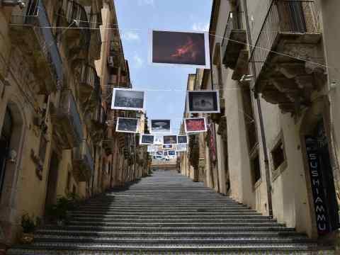 """Caltagirone, """"Uscimmo a riveder le stelle"""": sulla Scala, la mostra collettiva fotografica dantesca. Intervista al curatore Giovanni Canfailla."""