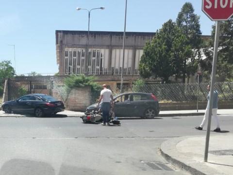 Incidente stradale a Caltagirone al Viale Autonomia: a terra motociclista, non si conosce la dinamica del sinistro.