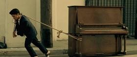 איש מושך פסנתר