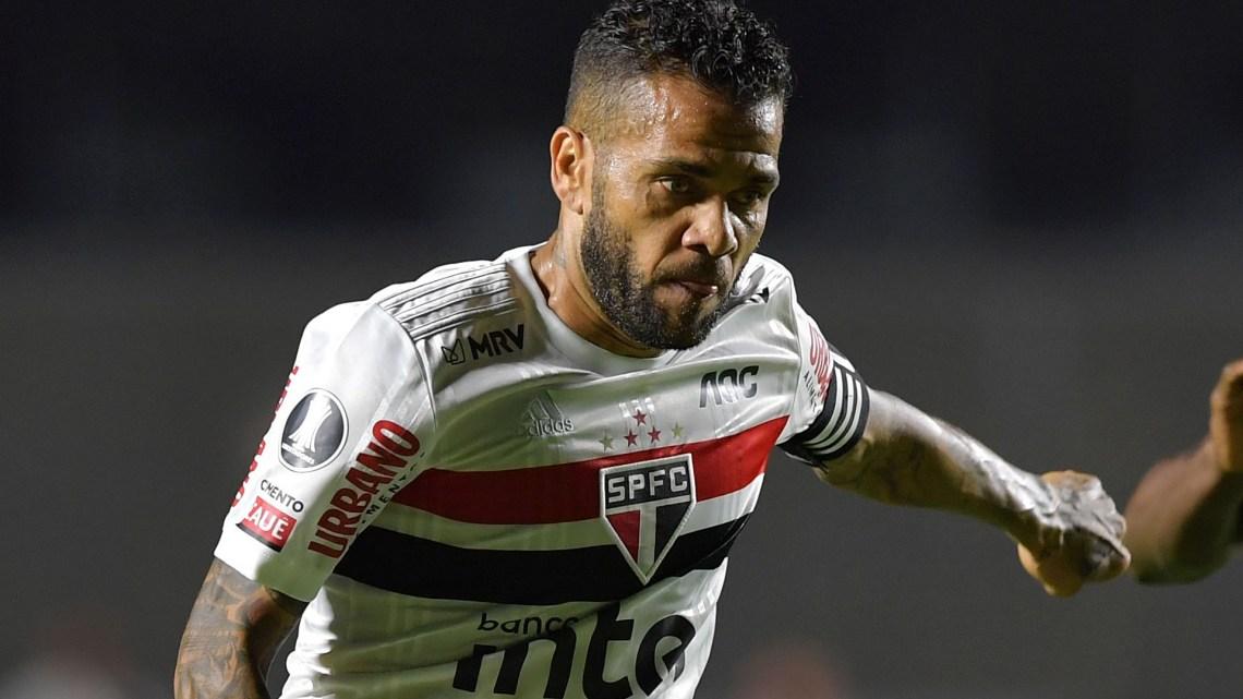Deudas, descontento y duro comunicado: Dani Alves deja Sao Paulo