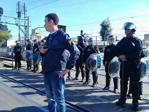 Detenidos en corte de vías