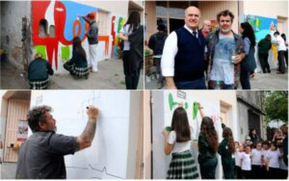 Alumnos, Lockett y sus colaboradores en acción, fueron acompañados durante la jornada creativa por el director de la institución, Marcelo López Birra.