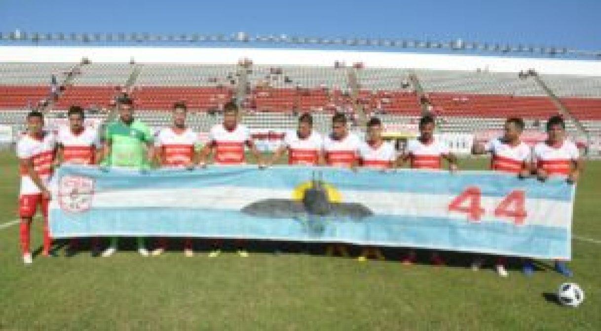 El homenaje del plantel del Deportivo Morón a los tripulantes del Ara San Juan. Foto gentileza Osvaldo Abades (h)