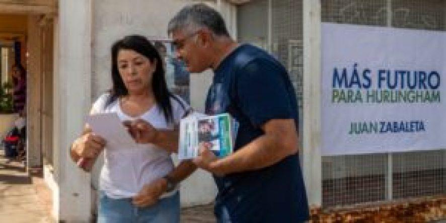"""Volanteada de campaña con folletos recién impresos que rezan """"Alberto Fernández presidente, Zabaleta, intendente"""""""