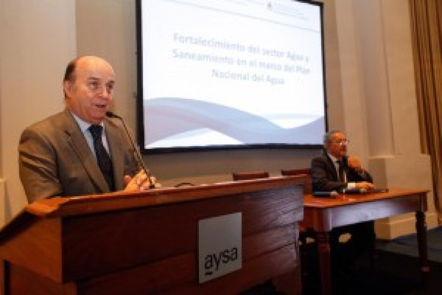 El presidente de AySA, José Luis Inglese durante su exposición en el taller
