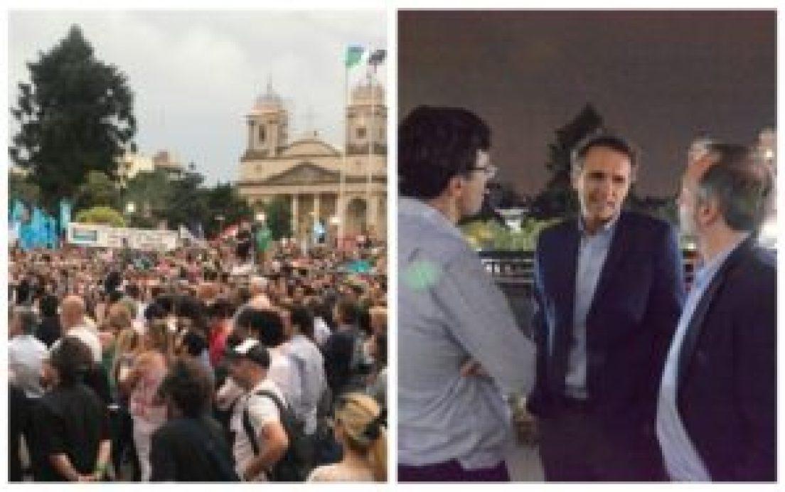 La plaza central de Morón colmada para acompañar la asunción del intendente Ghi, que recibió al ministro de Obras Públicas de la Nación, Gabriel Katopodis, junto a Martín Sabbatella