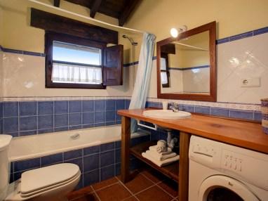 Baño compartido en la casa rural para 10 personas en Llanes