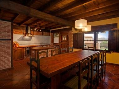 Cocina abierta al comedor de la casa rural para 10 personas en Llanes