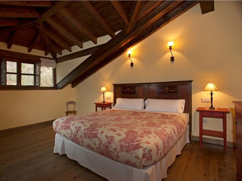 Dormitorio con baño en casa rural para 10 personas en Llanes