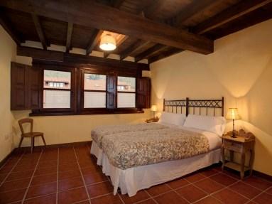 Dormitorio en la casa rural para 10 personas en Llanes