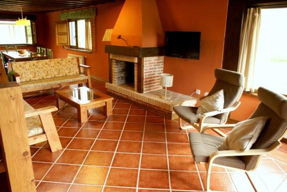 Salón con chimenea de la casa para 10 personas en Boquerizo