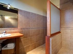 Badezimmer in Schlafzimmer von Ferienhaus für 10 Personen