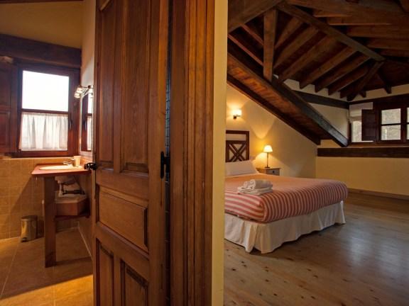 Schlafzimmer mit Badezimmer in Ferienhaus für 10 Personen