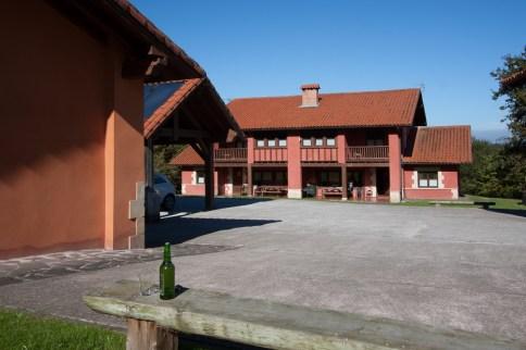 Vista de las Casas Rurales Primorías Llanes 1 y 2 desde el jardín de las casas 3 y 4