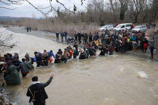 refugees-migrants-greece-macedonia-river (5)