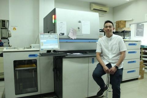 Nekad Memulai Usaha Percetakan Dengan HP Indigo, Adrian Malah Menuai Sukses