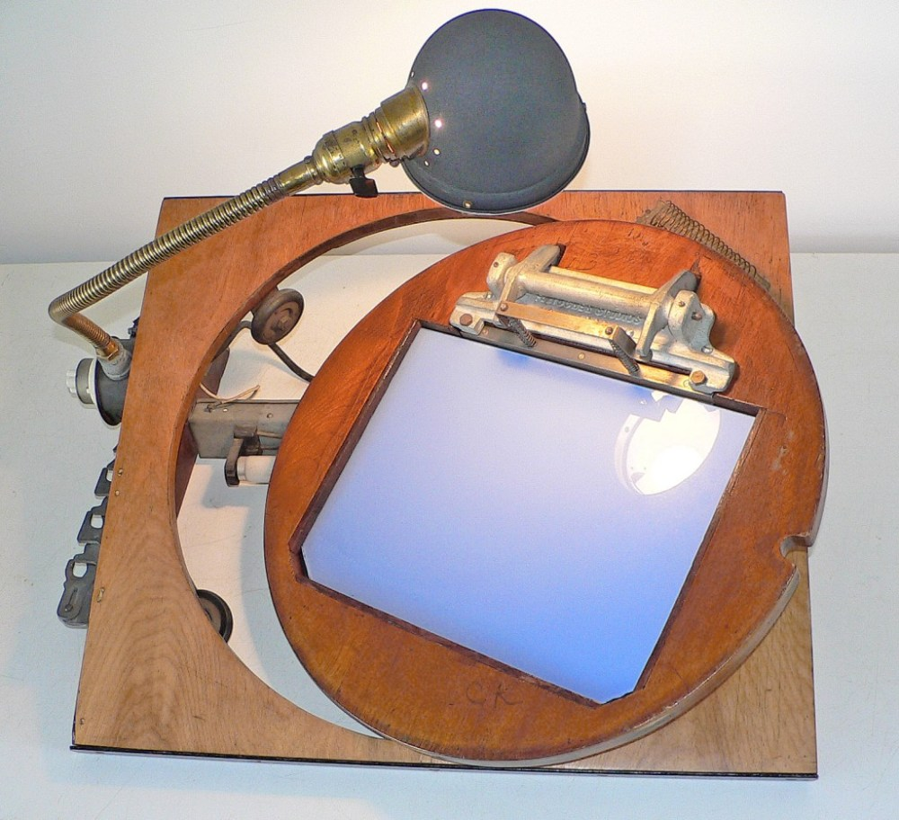 A view of the underside of the disc and its paper-lifting apparatus
