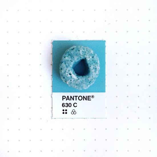 Pantone match Instagram: Clever idea for an Instagram account by Inka Mathew, taking everyday, small items and and placing them over their PMS chip match.