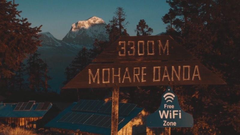 Se você é daquele tipo de pessoa que não consegue sobreviver sem uma conexão a internet, Hiking for Emails vai ser um filme de terror. Esse curta metragem dirigido por Clemens Purner, conta a história de Mahabir Pun que tinha que caminhar por quase 2 dias para conseguir chegar a uma conexão wi-fi no Nepal.