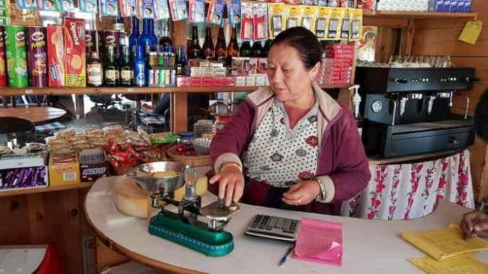 Mały sklep w Himalajach, Manang (3.519 m npm), Nepal, kobieta sprzedaje ser z jaka Annapurna Circut Trek