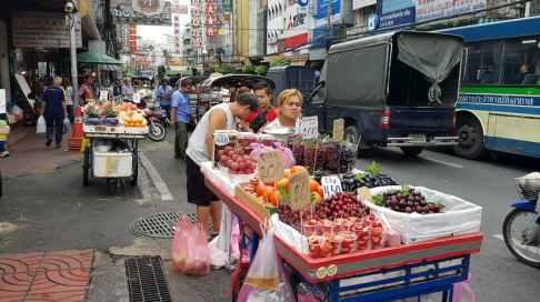 Mała firma, sprzedawca owoców, Chinatown, Bangkok