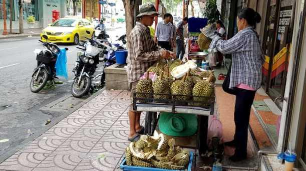 Mały przedsiębiorca w Bankgkoku, sprzedawca owoców durian
