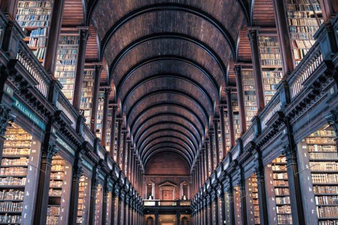Wnetrze-bardzo-duzej-biblioteki