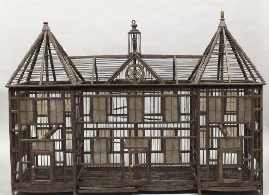 Cage à oiseaux Vers 1840 Fil de fer, os, verre, bois. H. 0,65; L. 0,95 ; l.0,36 cm. Musée national du château de Malmaison ©Rmn-Grand Palais (musée des châteaux de Malmaison et de Bois-Préau) / Gérard Blot