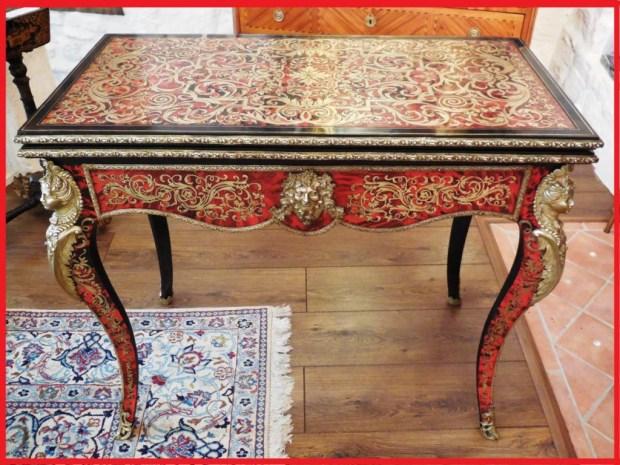 Table à jeux  Napoléon III en écaille de tortue rouge et laiton ciselé.