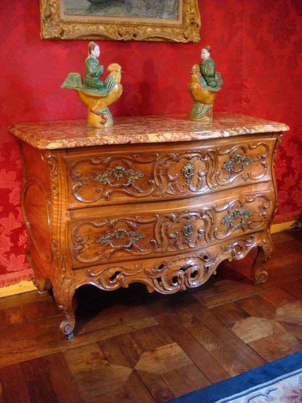 Commode galbée Louis XV à décor sculpté de rinceaux feuillagés et feuilles d'acanthe.