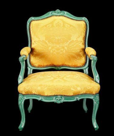 fauteuil époque Louis XV décor gris-bleu selon la technique du chipolin