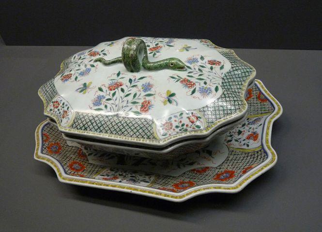 Porcelaine de Chine. Terrine plate et son présentoir. 18e siècle, règne de Yongzheng (1723-1735). Famille verte. (c) Musée de la Compagnie des Indes (Lorient)