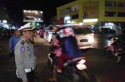 Terlihat Kasat Lantas Polres Bolmong, AKP Arke Parasan, saat memantau arus lalu lintas di Pusat Kota.