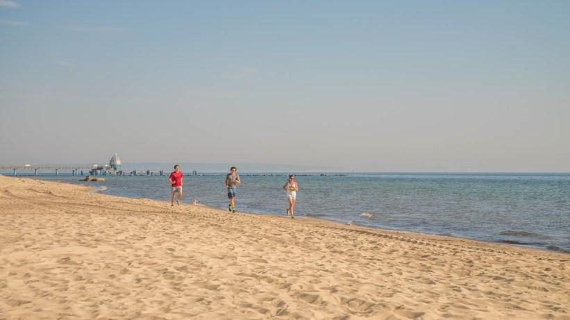 Lauftraining am Strand der Ostseeinsel Ruegen 01