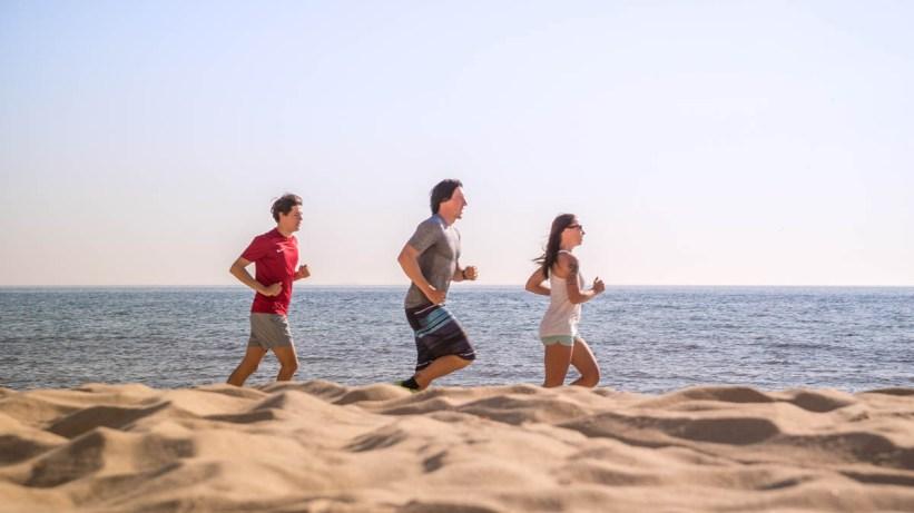 Lauftraining am Strand der Ostseeinsel Ruegen 03
