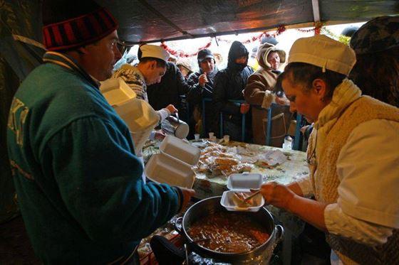 Braileni, sunteti invitati la fasole cu carnati si vin fiert de Ziua Nationala a Romaniei