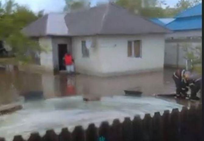 30 de gospodării inundate în satul Lanurile, comuna Viziru