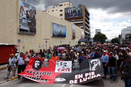 Maestros bloquean instalaciones de Televisa. Foto: Hugo Cruz