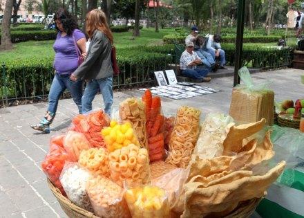 Un vendedor de frituras en un parque de la ciudad de México. Foto: Benjamin Flores