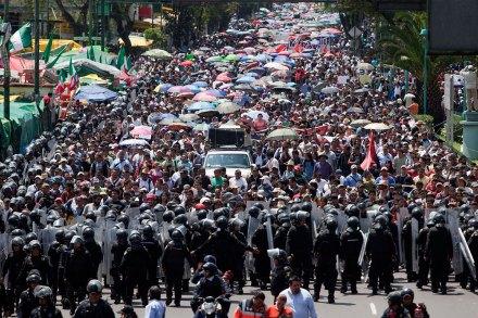 Maestros de la CNTE rompen pacto y marchan hacia San Lázaro. Foto: Eduardo Miranda