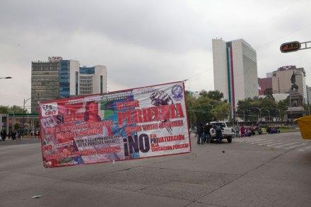 La protesta de los maestros en el Senado. Foto: Miguel Dimayuga