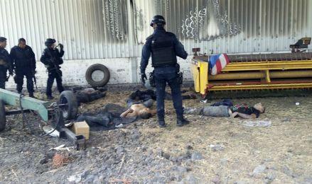 Los cuerpos de civiles abatidos durante el enfrentamiento en Ecuandureo, Michoacán.  Foto: AP