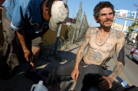 Un hombre se inyecta heroína en Tijuana.  Foto: Octavio Gómez