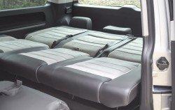 Zadní lavici lze v mžiku přeměnit na postel.